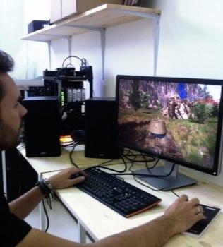 Mr V в процессе тестирования INVASION Vortex на 4К мониторе DELL. Геймплей — танки в War Thunder.